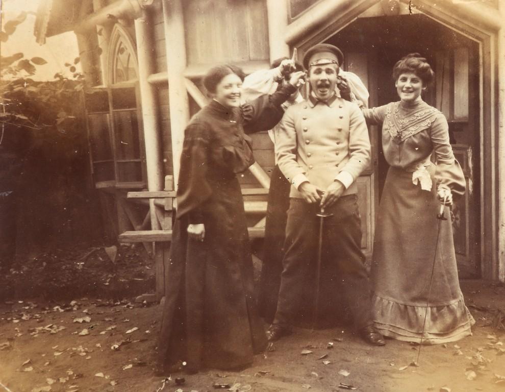 Н.А. Пушкин, Н.А. Петунникова и  М.Н. Николаева на ул. Поварской в Москве