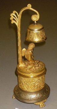 Чернильный прибор. Россия, Москва, 1830-е. Бронза, литье, чеканка, золочение (ангелочек под колокольчиком).