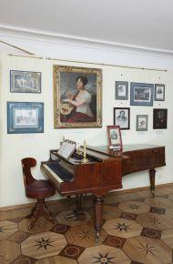 Зал 2. Фрагмент экспозиции с портретом Е. Риччи
