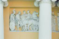 Фасад со стороны Хрущевского переулка. Фрагмент барельефа с изображением Одиссея, известного героя  древнегреческой мифологии и произведения Гомера.