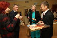 Инара и Улдис Лиепа (справа) угощают гостей фирменными латвийскими  конфетами и рижскм бальзамом.