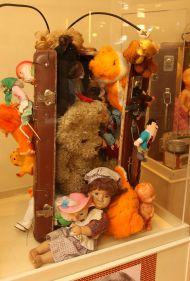Не забывайте нас! - так называется одна из кукольных инсталляций Лиепа.