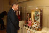 Посол Латвийской Республики г-н Э.Скуя  осматривает  выставку.